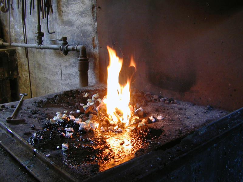Montørstasjoner, verksteder og lagre. Stabekk smie,  esse med ild (Foto/Photo)