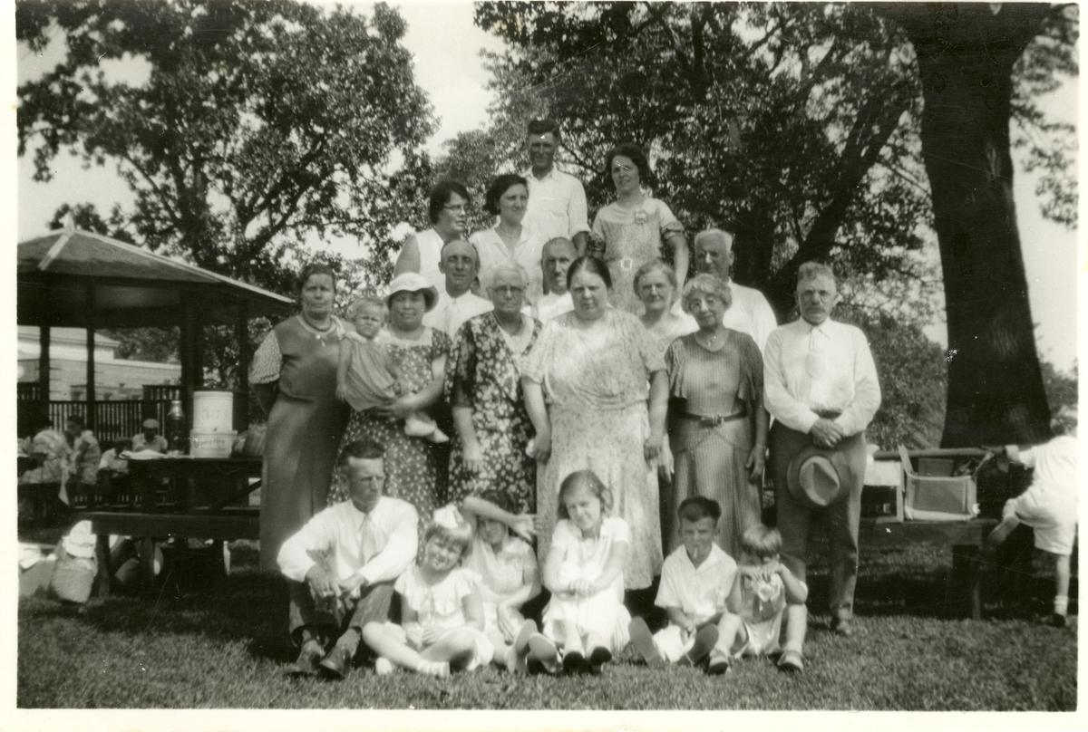Norskamerikanere samla i en park i Amerika. Olaus Islandsmoen midt i bildet.
