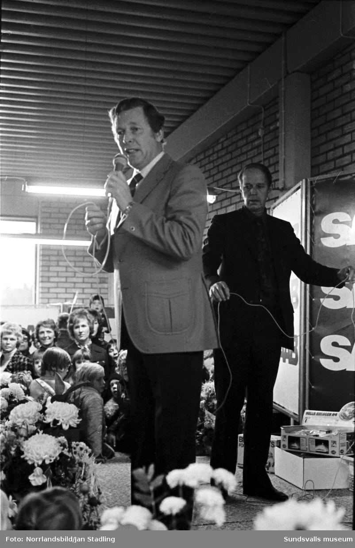 Invigning av nya bilhallen för SAAB ANA i Bydalen. Underhållning av bland andra Lasse Lönndahl.