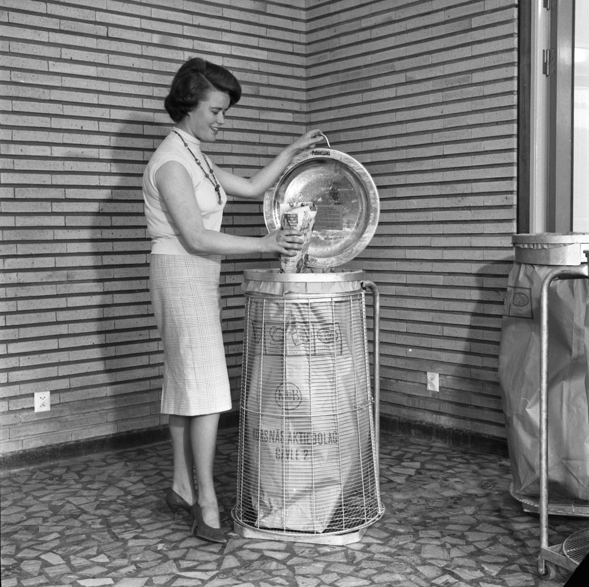 Soptunna med sopsäck från Korsnäs AB.  Den 8 juni 1961