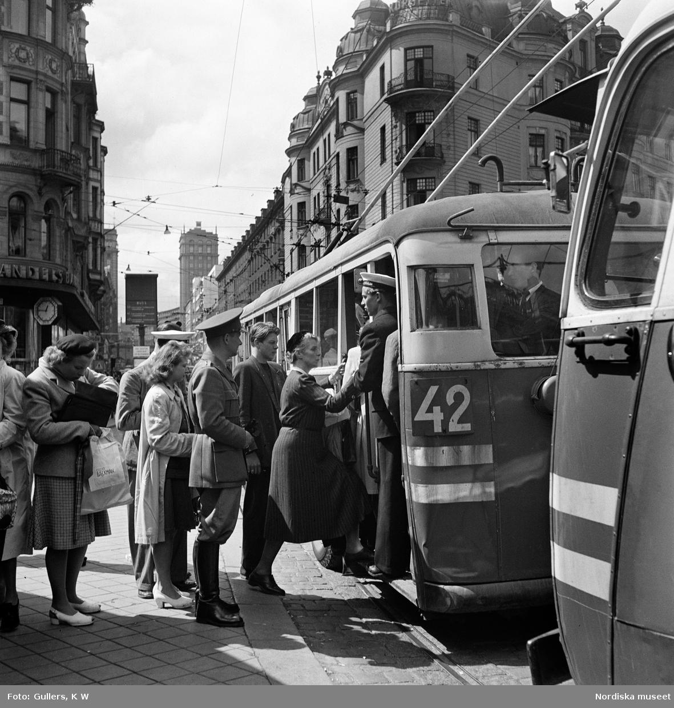 Passagerare köar till buss 42 på Kungsgatan, Stockholm