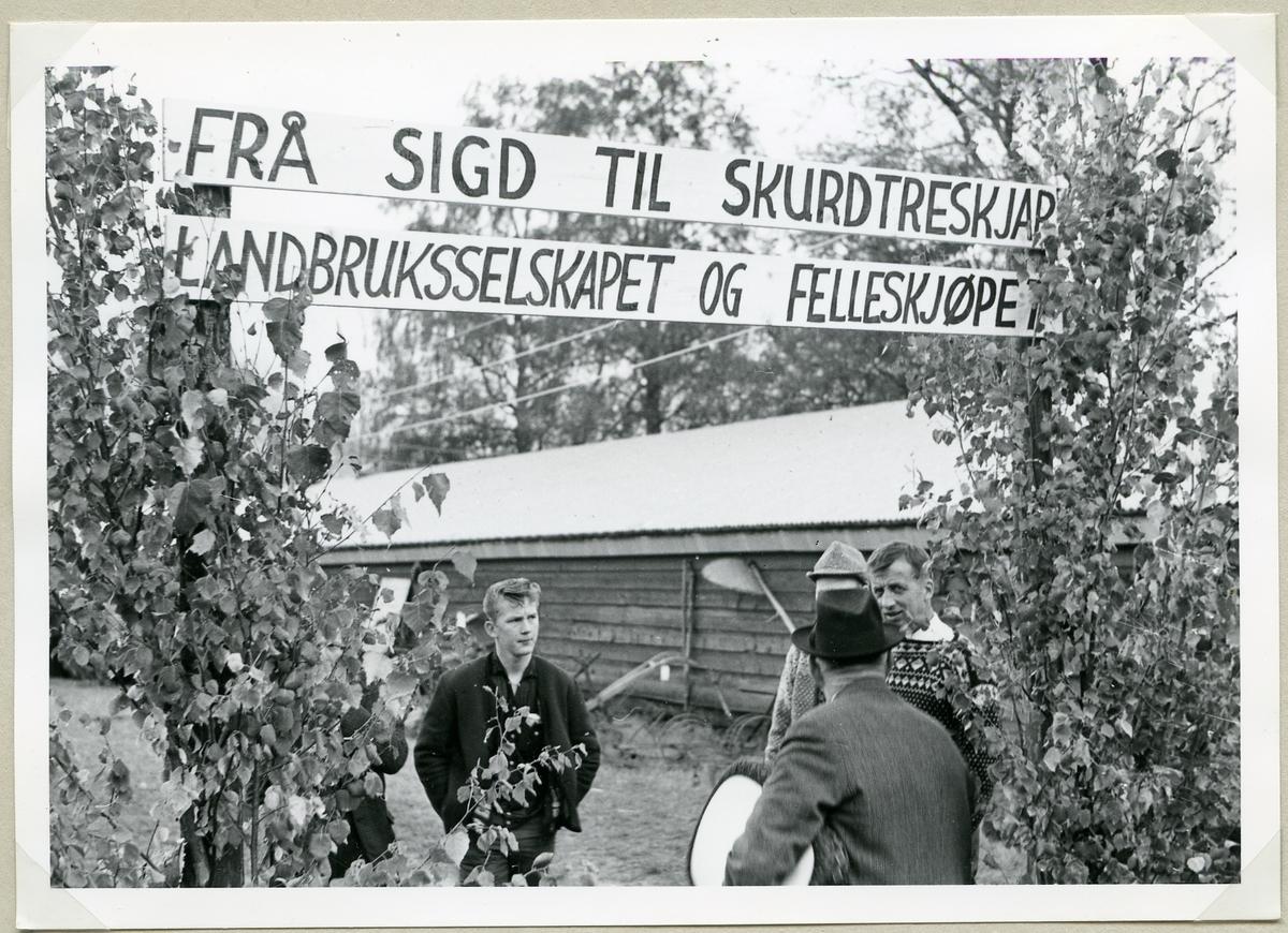 Landbruksselskapet og Felleskjøpet hadde laga ei historisk landbruksutstilling.