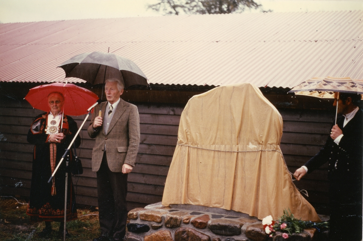 Borghild Glosimot og Torvald Indrebø ved avdukinga av minnesmerket for Telemarkskua i 1980.