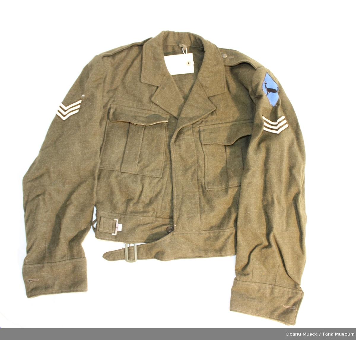 Uniformsjakke i vadmel med sersjant distinksjoner på skuldrene samt Varanger bataljonens emblem på den ene skulderen.