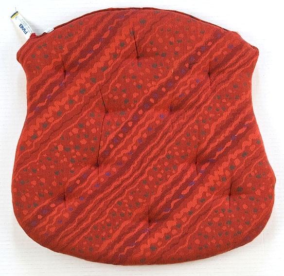 Tre trestoler med dreide ben og ryggspiler. Skumgummiputer med rødt trekk hører til. En av putene mangler.