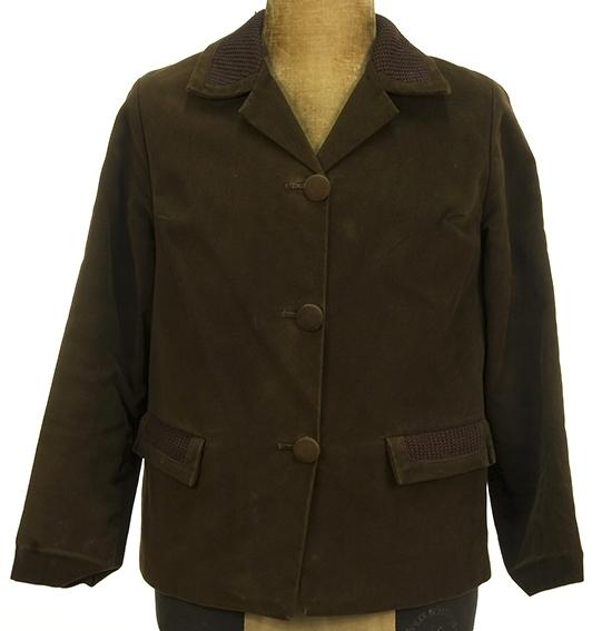 Peau de peige-jakke. Frontknapping, strikket overkrage.