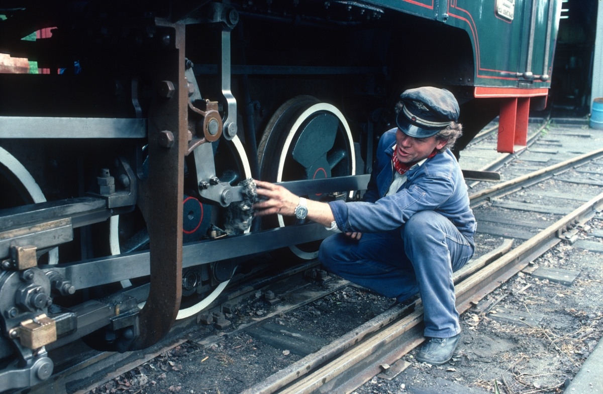 Lokomotivfører Stein Olav Hohle pusser damplokomotivet Høland på Urskog-Hølandsbanen, Tertitten.