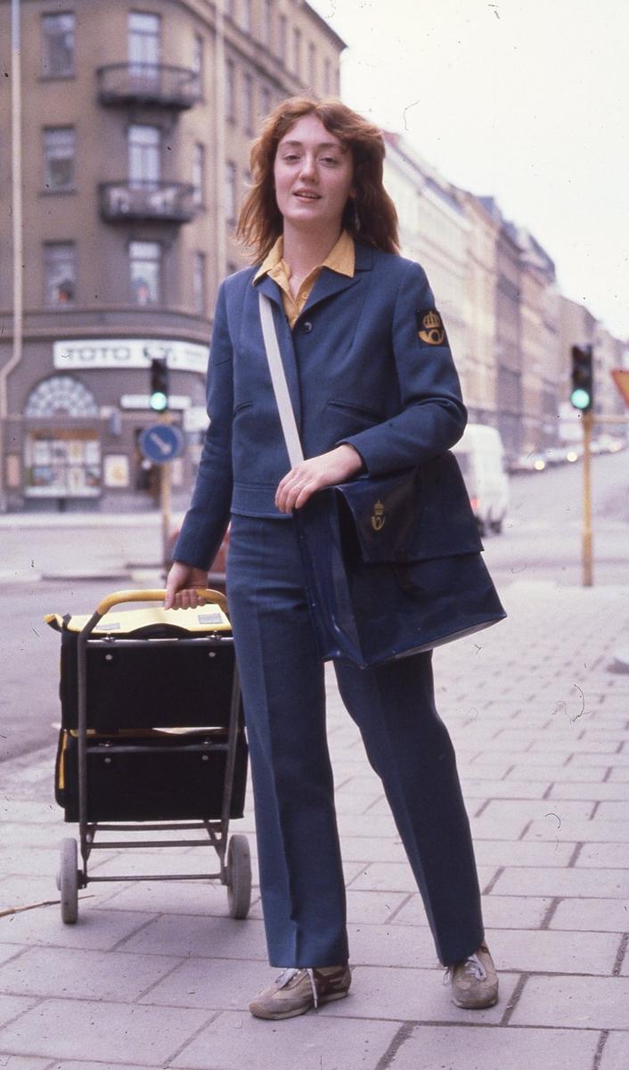 Kvinnlig brevbärare i Stockholm, januari 1981.