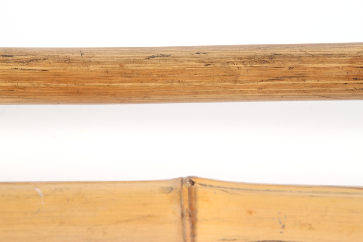 Skistaver i bambus med trinse og lærhåndtak.