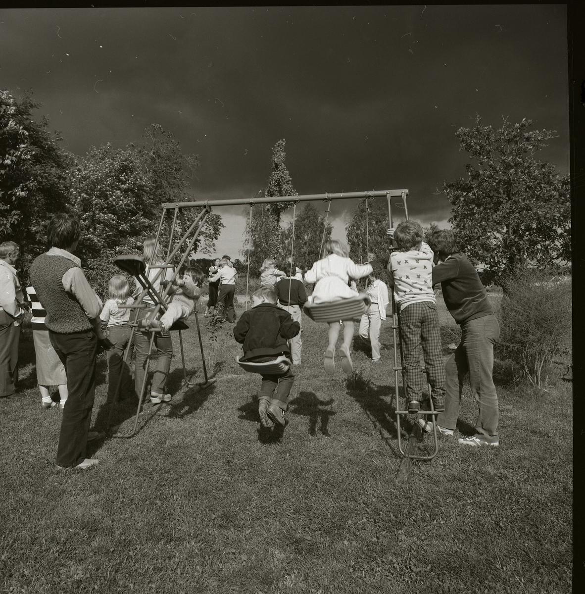 Det är midsommarafton 1981 och några barn leker i en gungställning. De flesta andra har sin uppmärksamhet riktad mot några dansande par. Bortom dansarna ligger ett mörkt molntäcke strax över horisonten. De omgivande trädens lövverk blåser i vinden och ett oväder verkar vara i antågande.