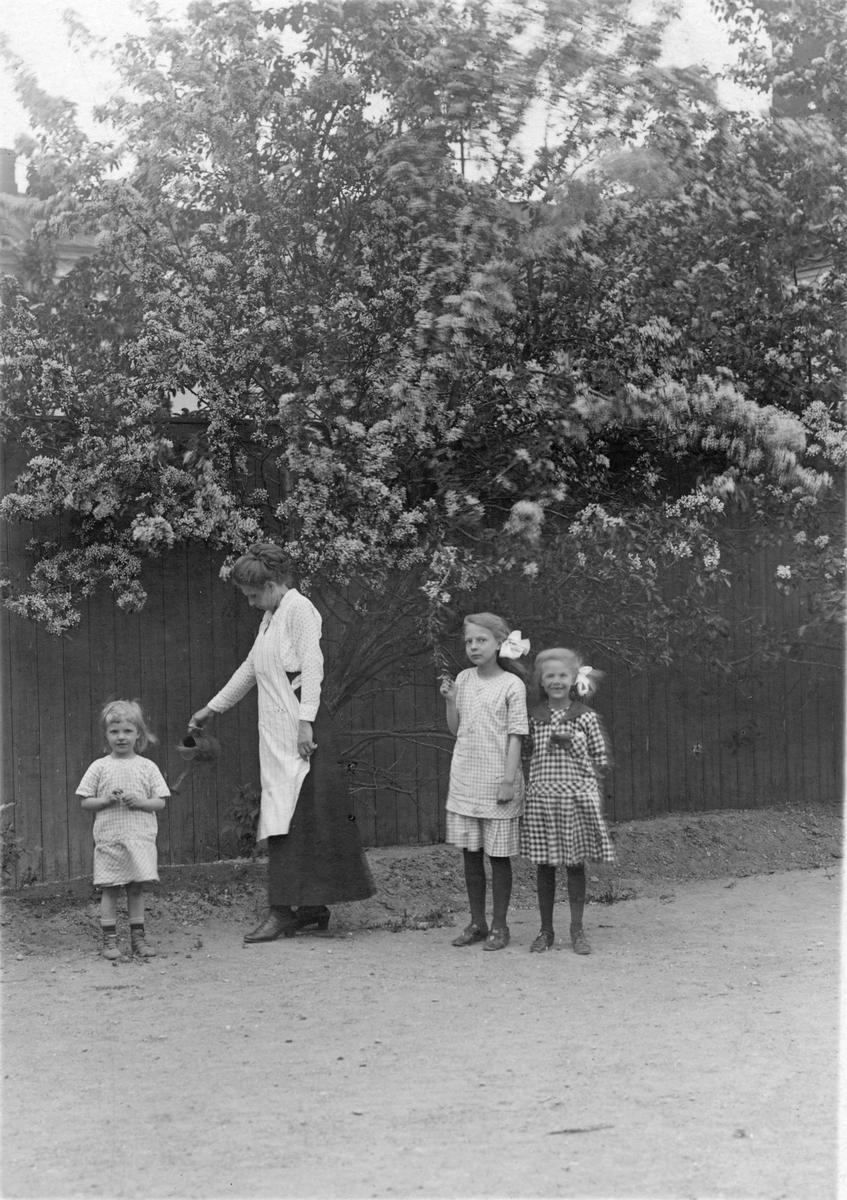 Fru L. Westman med barnen Anna-Lisa, Birgit & Marit, 1917.