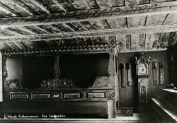 Postkort. Interiør fra Telemark, rikt dekorert og møblert. U