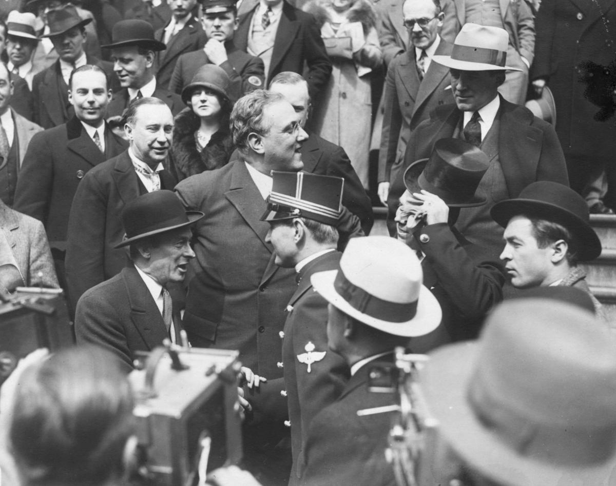 Einar Lundborg iklädd svensk flygvapenuniform möter amerikanske presidenten Franklin D. Roosvelt i en folksamling.