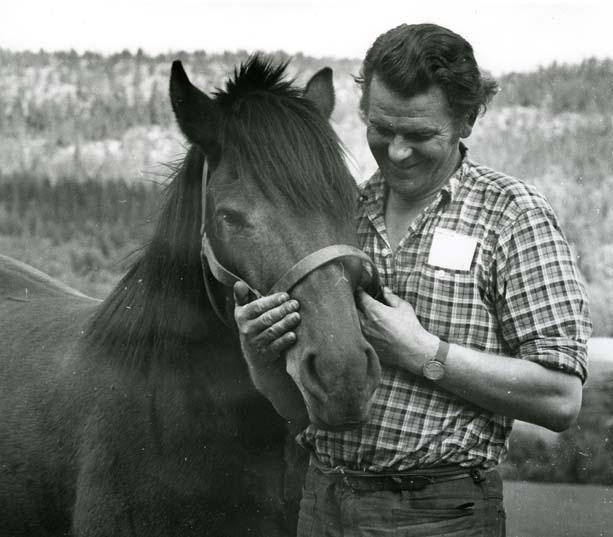 Thorbjörn Fälldin med häst. Han var en svensk politiker (centerpartist) och lantbrukare, som var Sveriges statsminister 1976–1978 och 1979–1982.