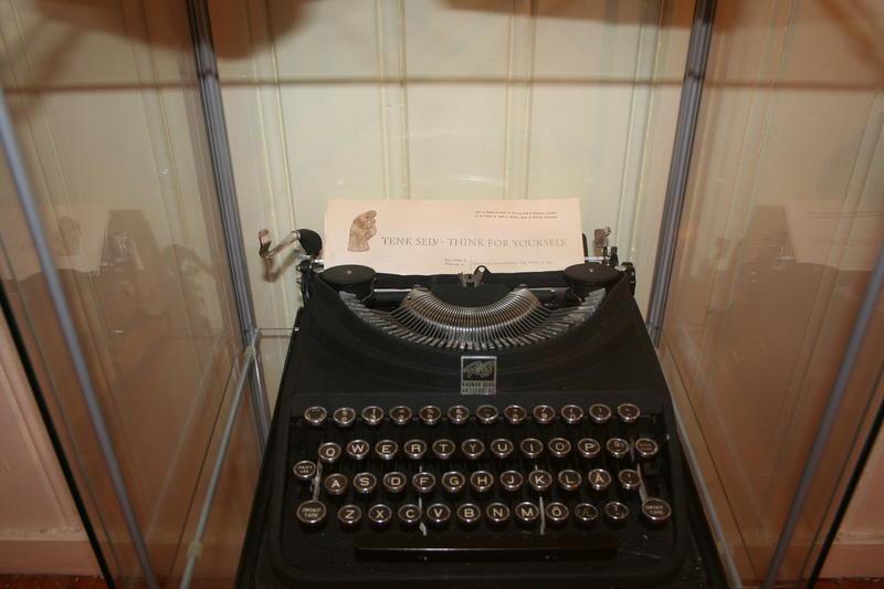 "I Hoels skrivemaskin sitter brevpapir med mottoet ""Tenk selv"". (Foto: Ingun Aastebøl)"