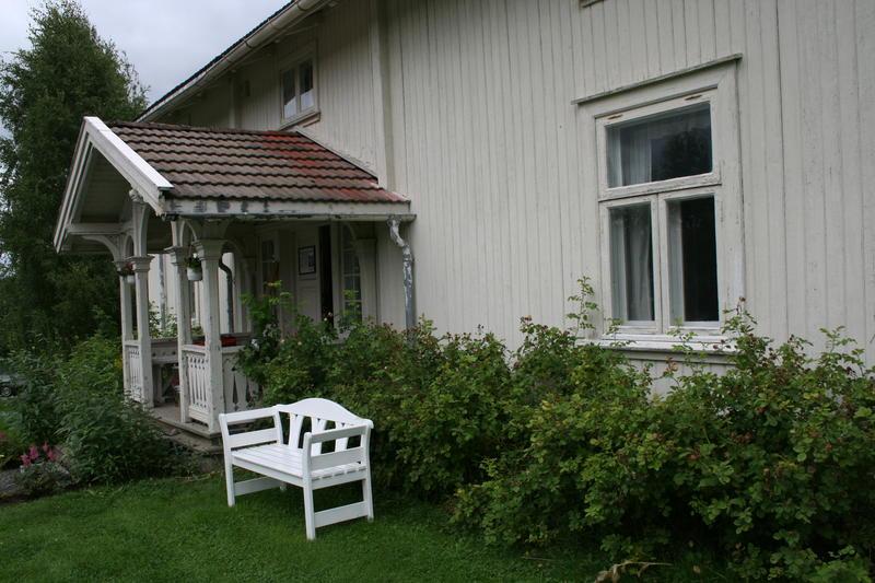 Sigurd Hoels barndomshjem og Sagstua skolemuseum. (Foto: Ingun Aastebøl)