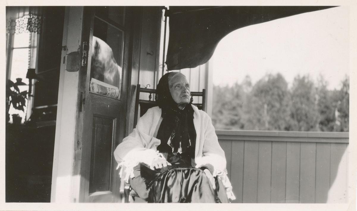 Karen Bjølstad 91 år, sitter på veranda.