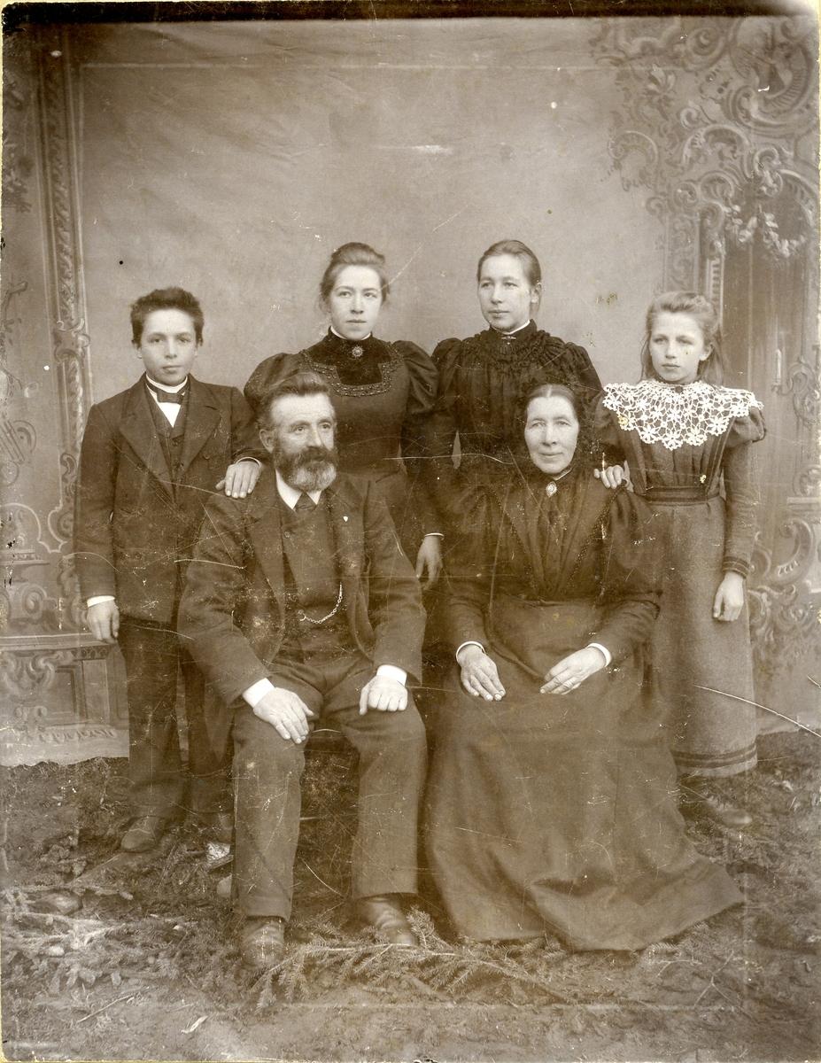 Familieportrett av Ola E. Thorsrud med familie.