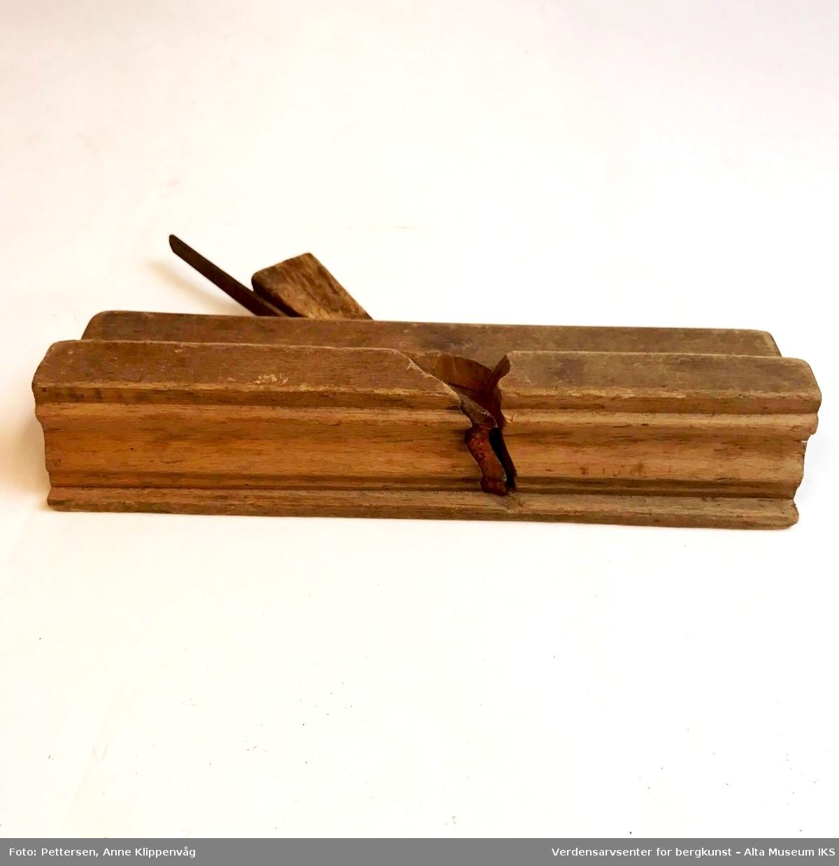Rektangulær høvelstokk med trekile på undersiden. Ingen håndtak.