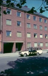 En polis i Västervik i början av 1970-talet. Huset i bakgrun