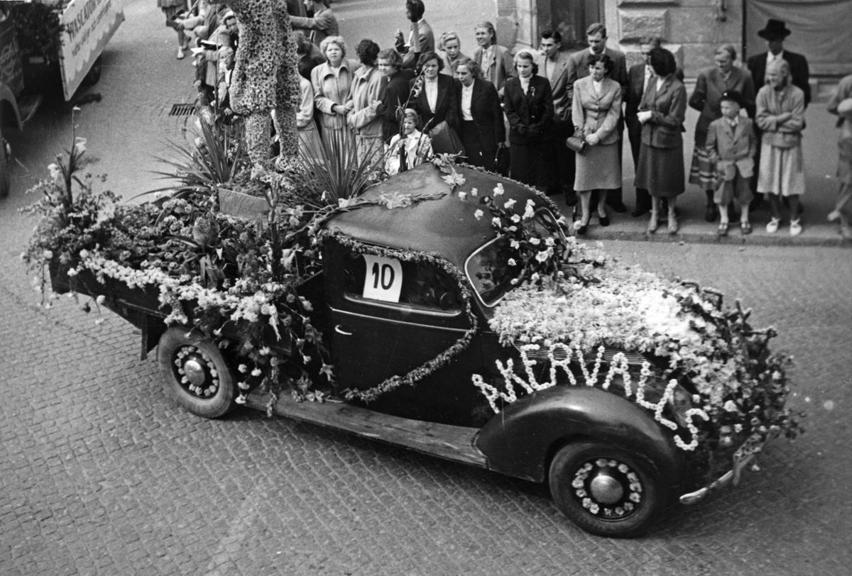 Barnens Dag 1952. Åkervalls hade som alltid en blomstersmyckad bil med i tåget.