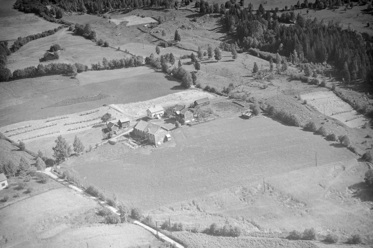 Veiverud gård, Rudsbygd, Lillehammer, åkrer, slåttemark, hesjer