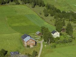 Gårdsbruk Alme, malingsslitt rød driftsbygning, hvitt våning
