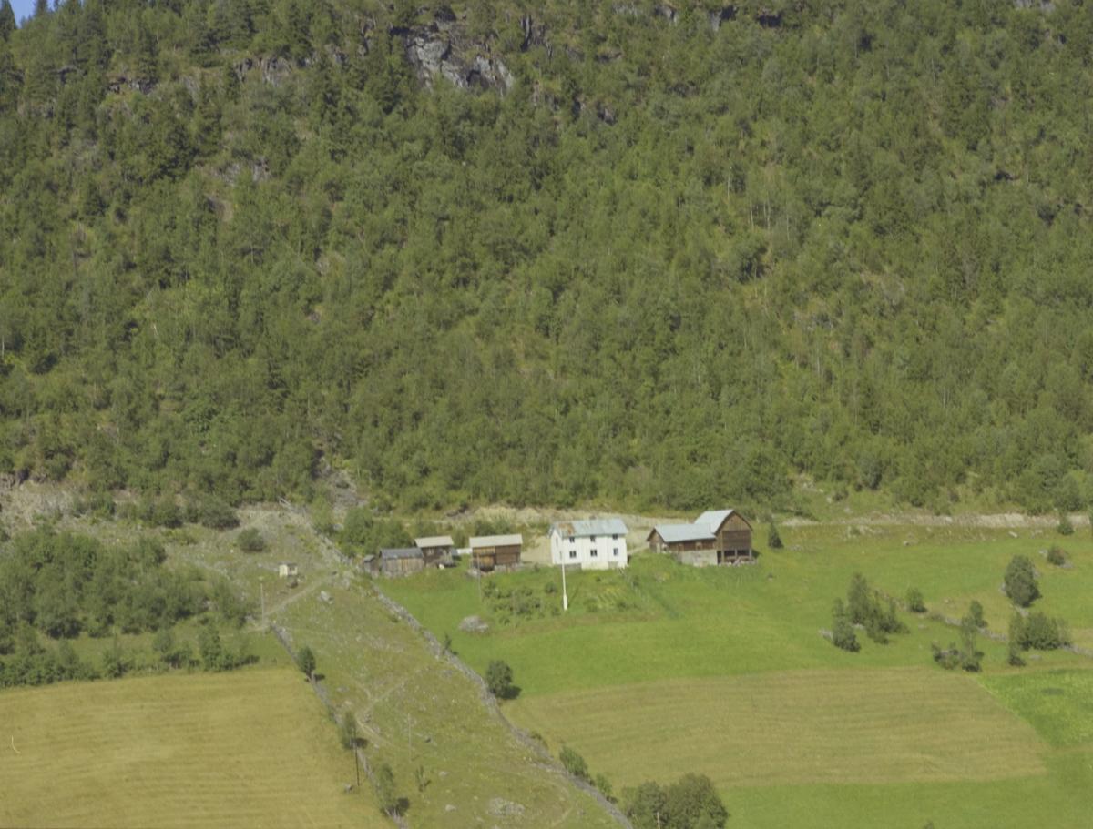 Bakken (Surnfødtbakken?) småbruk, sti, lita hytte, åker, Olstad, Vestre Gausdal