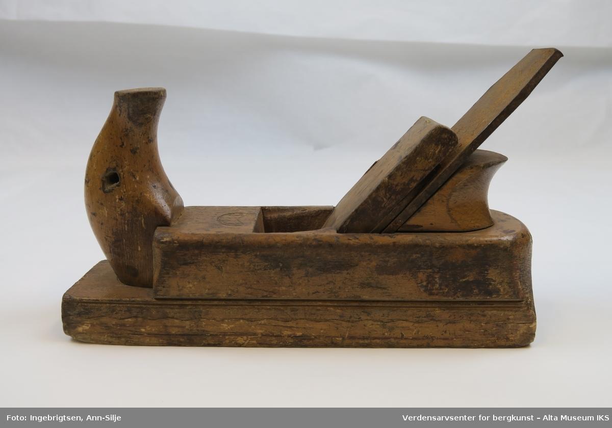 Høvelstokk med et bredt jern. Stokken er bygget opp av to trestykker, hvorav den øverste er kortere i lengden enn den underste.