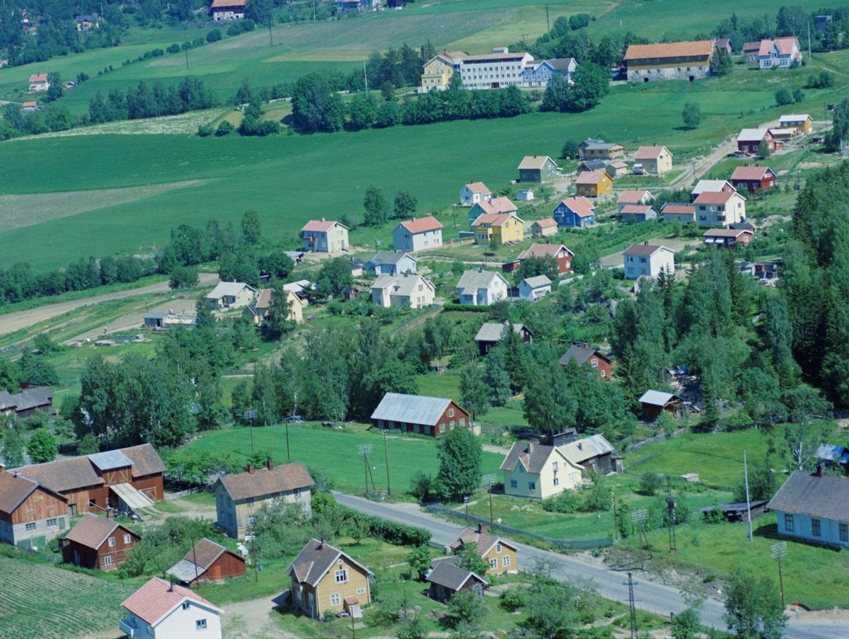 Flyfoto, Lillehammer, Søre Ål,  Hamarvegen med gardsbruket Kolsveen ned til venstre. Bak er byggefeltet ved Hagehaugvegen med Skogli Helse og Rehabilitets senter i bakgrunn.
