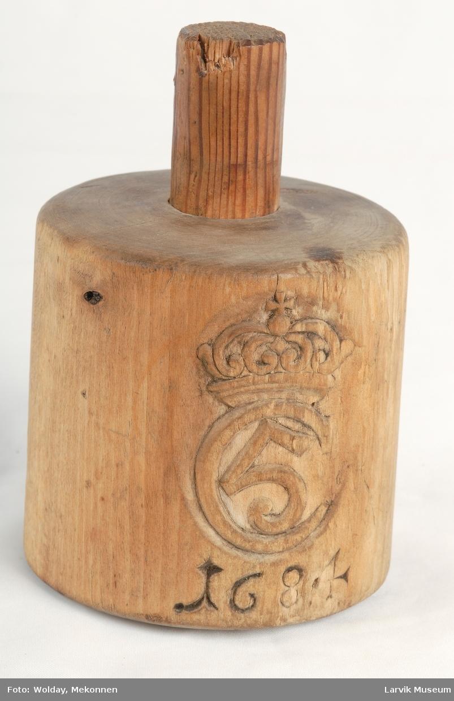 Form: Lodd, m/ Christian V's kronede monogram og 1684