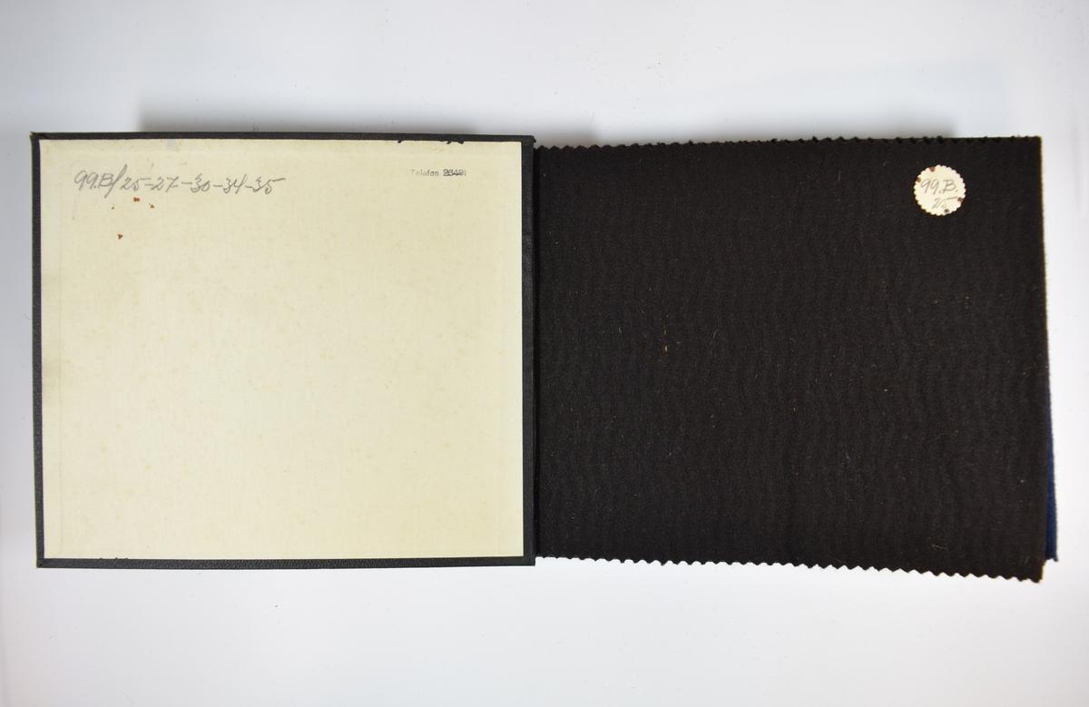 Prøvebok med 5 prøver. Middels tykke ensfargede stoff med ulike farger og diskret vevmønster. Vevmønsteret er likt for alle prøvene i boken, bortsett fra den siste. Stoffene ligger brettet dobbelt slik at vranga dekkes. Stoffene er merket med en rund papirlapp, festet til stoffet med metallstift, hvor nummer er påført for hånd. På grunn av innskriften på innsiden av forsideomslaget kan det antas at alle stoffene har kvalitetsnummer 99B.   Stoff nr.: 99B/25, 99B/27, 99B/30, 99B/34, 99B/35.