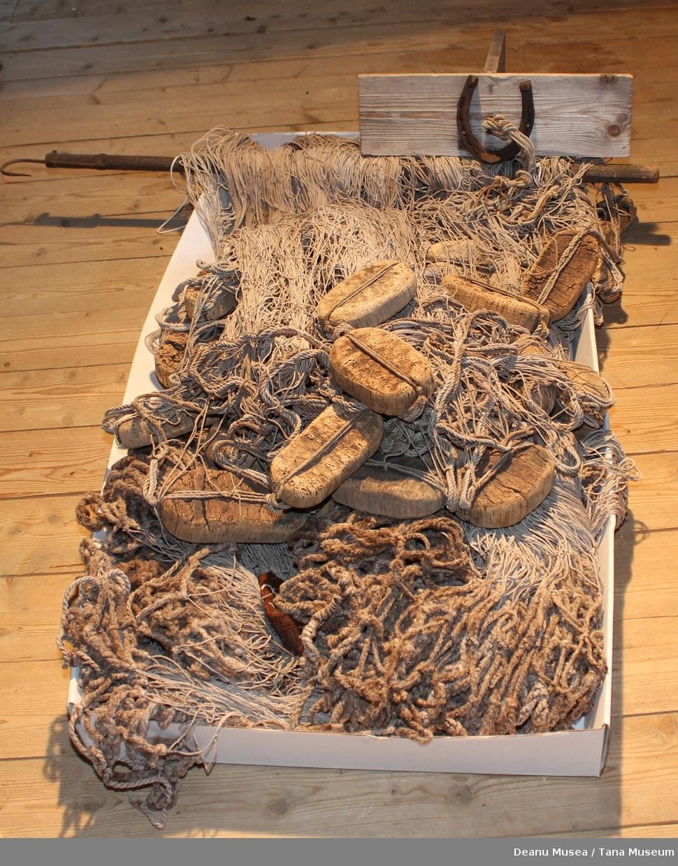 Tjukkere tau/tråd/garn nederst i skytingen av garnet. Dette gir ekstra tyngde til garnet i tillegg til at man brukte stein. Tsjosken er smal og hører sannsynligvis ikke til dette garnet. Smal tsjosk ble brukt til tjuvfiske for da skulle den ikke dra garnet for hardt/fort.