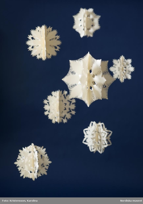 Snöstjärnor av papper, dekoration till julgranen på Nordiska museet 2016, tillverkade av Lena Nilsson