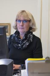 Porträtt Karin Englund på sitt tjänsterum, ekonomidirektör