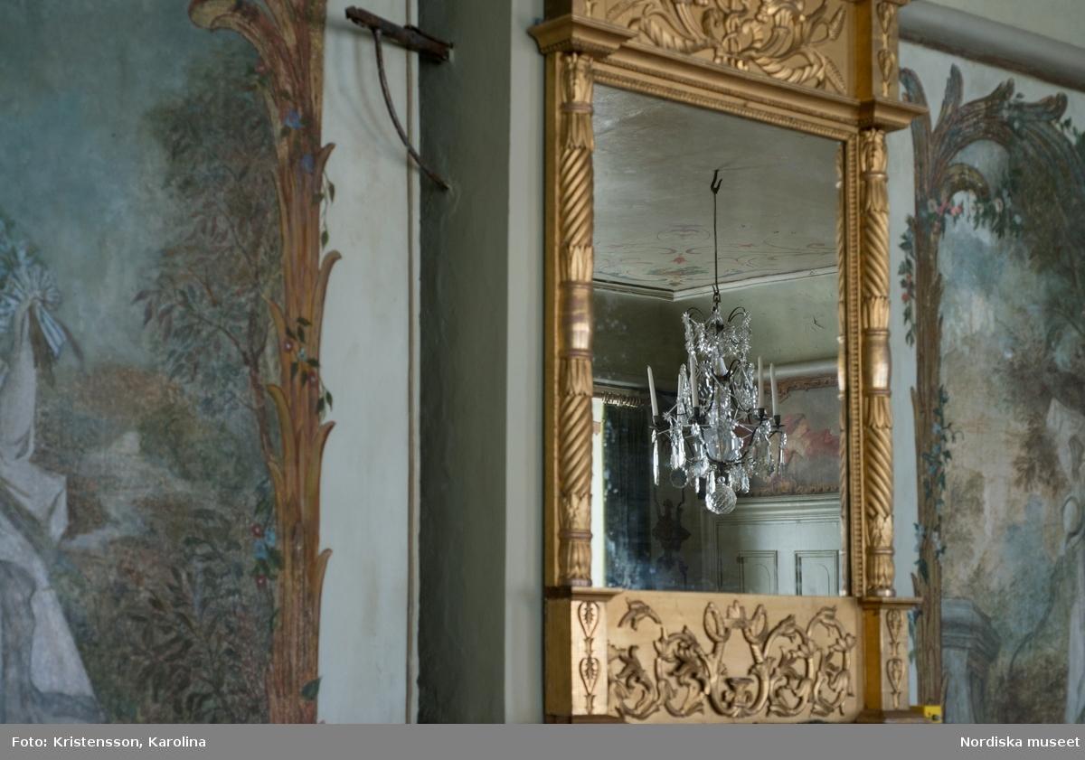 Julita, Stora huset, dekorativa detaljer, textil, kristallkrona, tapet, skor, fotografier, porslin, badrum, skor