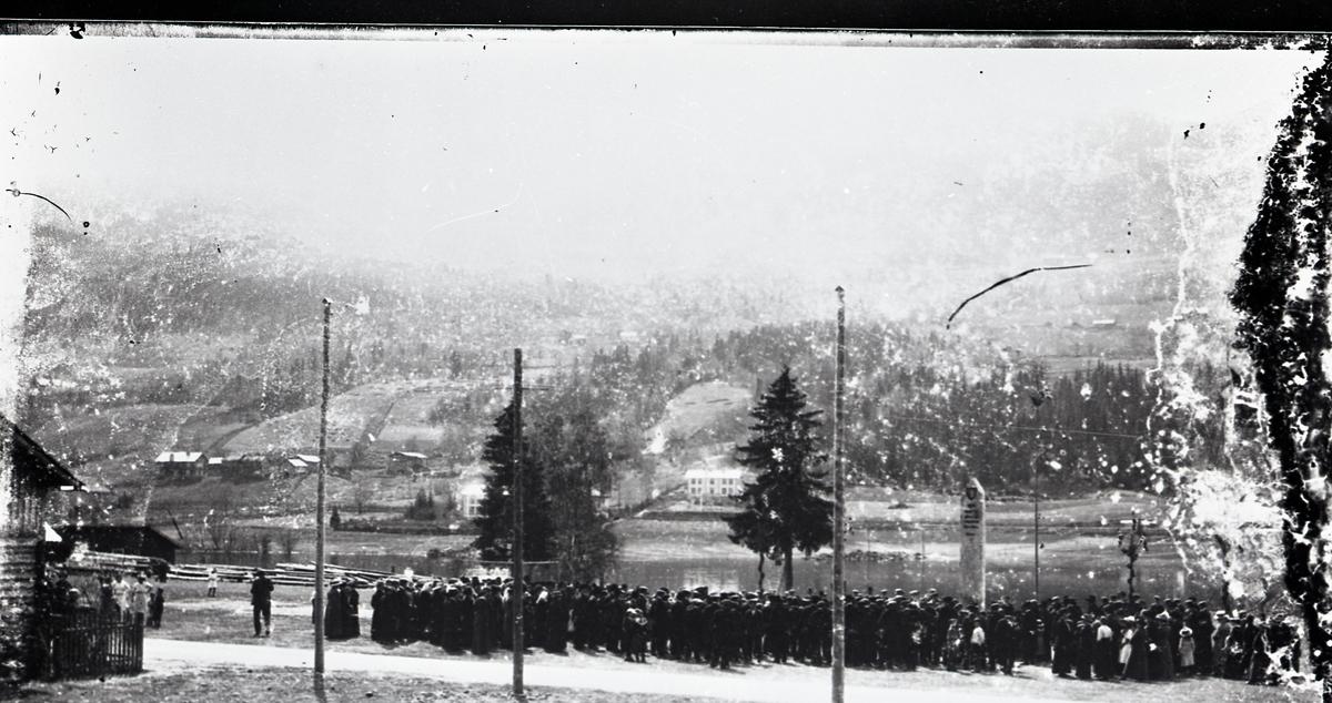 Avdukinga av bautasteinen på Bagnsmoen, 17.mai 1914.