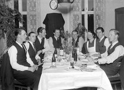 Fest vid Strömbergs, Bomhus. Rolf Johansson m fl. Foto 1946.
