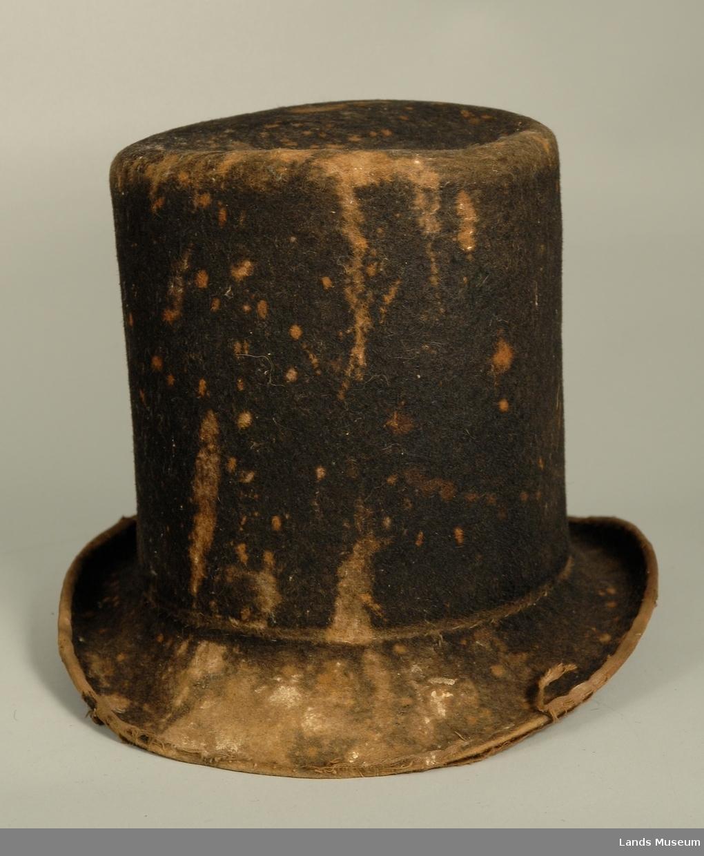 En skinnbit er satt på inne i hatten. Rundt kanten går et bomullsbåndsom skoning.