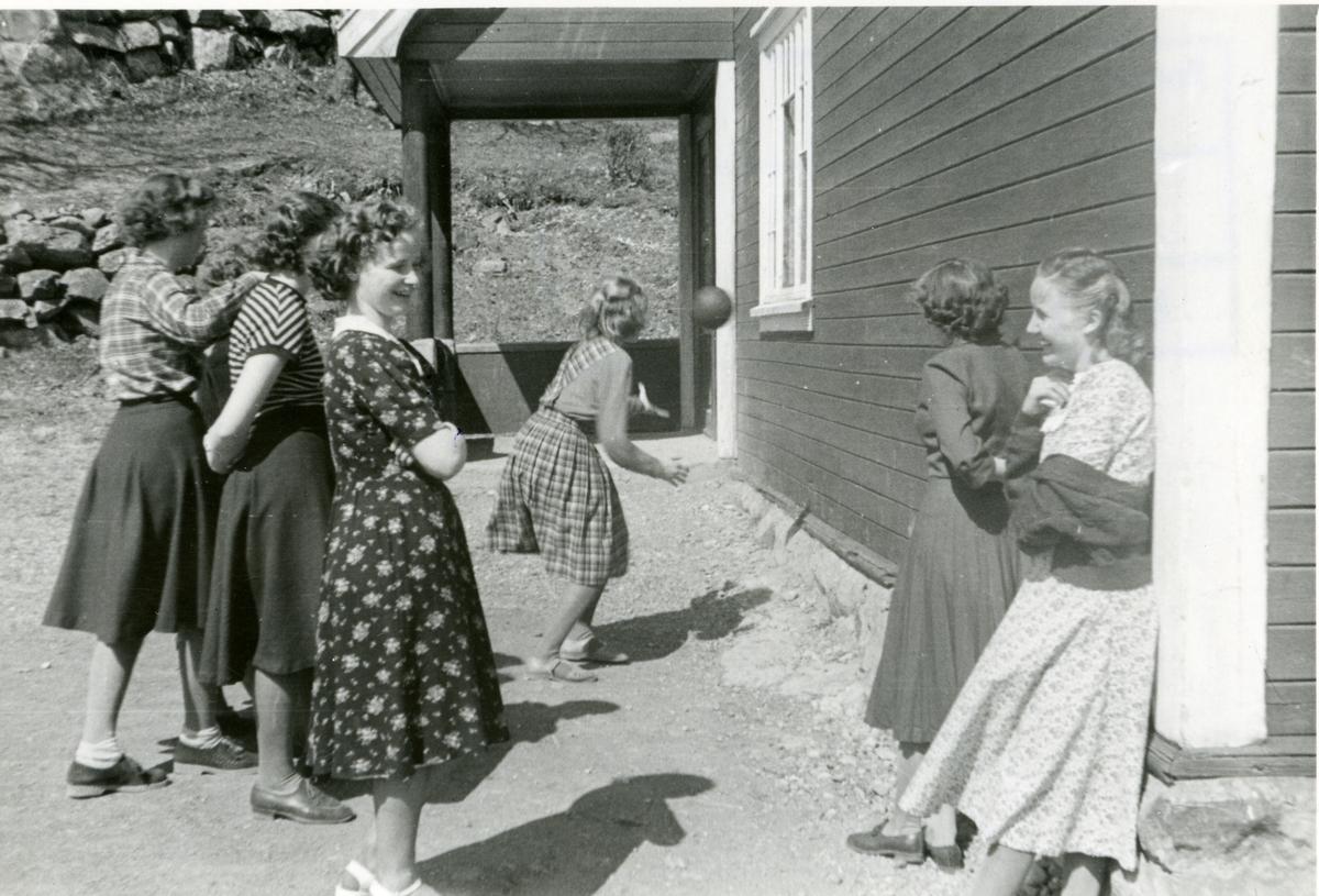 Jenter på framhaldsskolen driver med ballek. Reintun 1951.