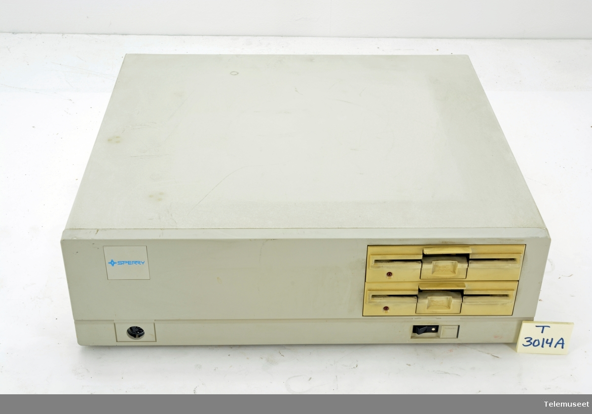1. Type 3070-03 med 2 diskettstasjoner 2. Type 3070-09 med 1 diskettstasjon