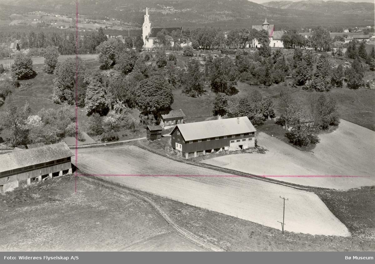Flyfoto av Frambø med kyrkjene i Bakgrunnen