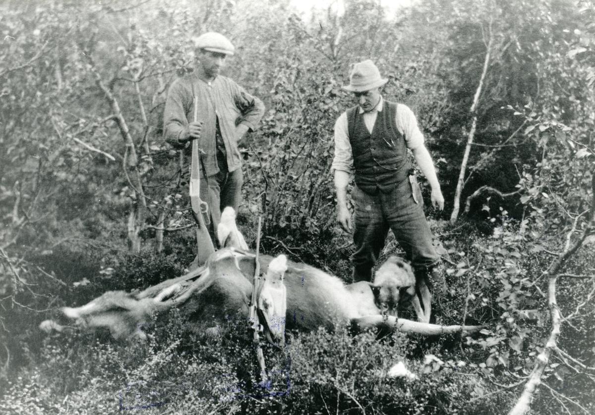 Hans Bragerhaug og Kristian Fønhus saman på elgjakt.