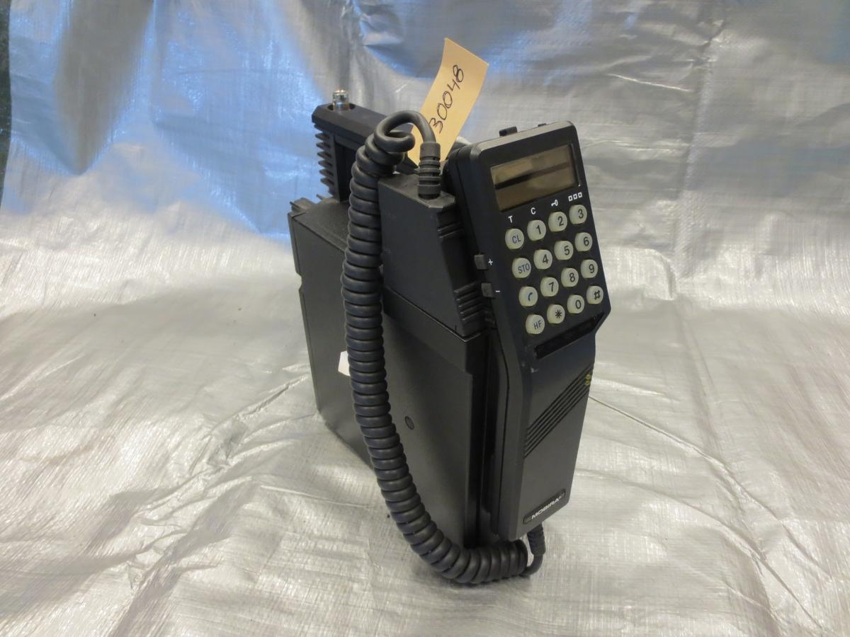 Bärbar telefon av tidig modell i svart plast, tillverkad av Nokia
