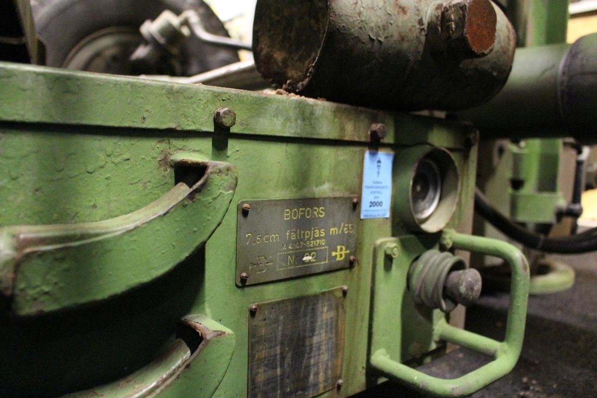 Allmänt: Pjäsen är halvautomatisk. detta innebär automatisk uppspänning av mekanismen efter varje skott, men manuell laddning. Sid- och höjdriktning sker för hand med hjälp av vevar. Fyra man ingår för att betjäna pjäsen, nämnligen två som riktar i sida respektive höjd samt två som laddar. Dessutom åtgår två man för ammunitionslangning.  Till pjäsen hör ett splitterskydd, som är försett med tak. Detta är uppdelat i sektioner, vilket gör det lätt monterbart. Dess uppgift, är att skydda pjäsbemanningen mot splitter och finkalibrig handvapeneld.  Högsta tillåtna hastighet är 60 km/h. I terräng kan pjäsen bogseras under svåra förhållanden även med påmonterat splitterskydd. Pjäsen kan dragas genom vattensamlingar med djup motsvarande upp till eldröret, det vill säga ca 170 cm. Andra imponerande uppgifter. Tiden för omläggning från körläge till skjutläge eller tvärt om med fullt utbildad pjäsbemanning är två minuter. Eldhastigheten är hög; ca 20 skott/min. Enhetsammunition utnyttjas.  Pjäsen är sidriktbar horisonten runt vilket betyder att pjäsen ej behöver svansas vid större omriktningar. Vidare överförs skjutelement automatiskt till pjäsen, som är försedd med nollvisarinstrument, en för höjd och en för sida. Överföringen sker via en enhet som kallas för ballistikräknare. I denna beräknas korrektion för bla pjäsparallax. Data: Max skottvidd: 12 200 m Projektilvikt: 0,69 kg  Utgångshastighet: 850 m/sek Eldhastighet: 25-30 skott/min Sidriktning: 360 grader