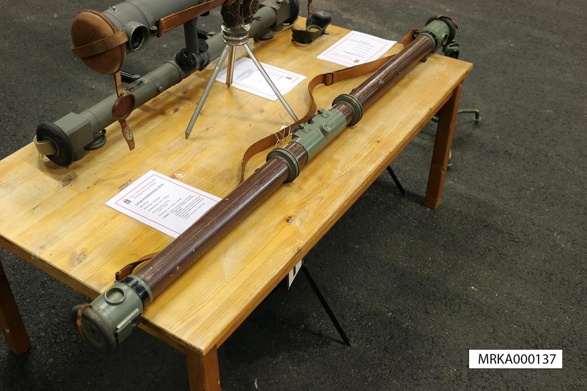 Data: Bas: 125 cm  Förstoring: 11,8 gånger Avståndsskala: 250 – 10 000 m   Längd: 1,35 m Vikt: Instrument: 4,2 kg Stativ: 4,0 kg  Tillbehör: Bärstativ , vikt: 4,0 kg