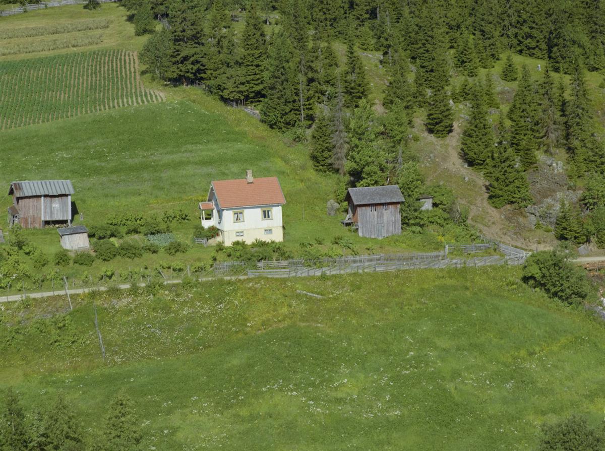 Lillehammer, Vingnes. Vottestadvegen 213, hvitt hus rett ved siden av hovedbølet Bratbergsengen eller Bratbergsenga. Gården inkluderer Midthaugen, Vottestad og Skogstad,
