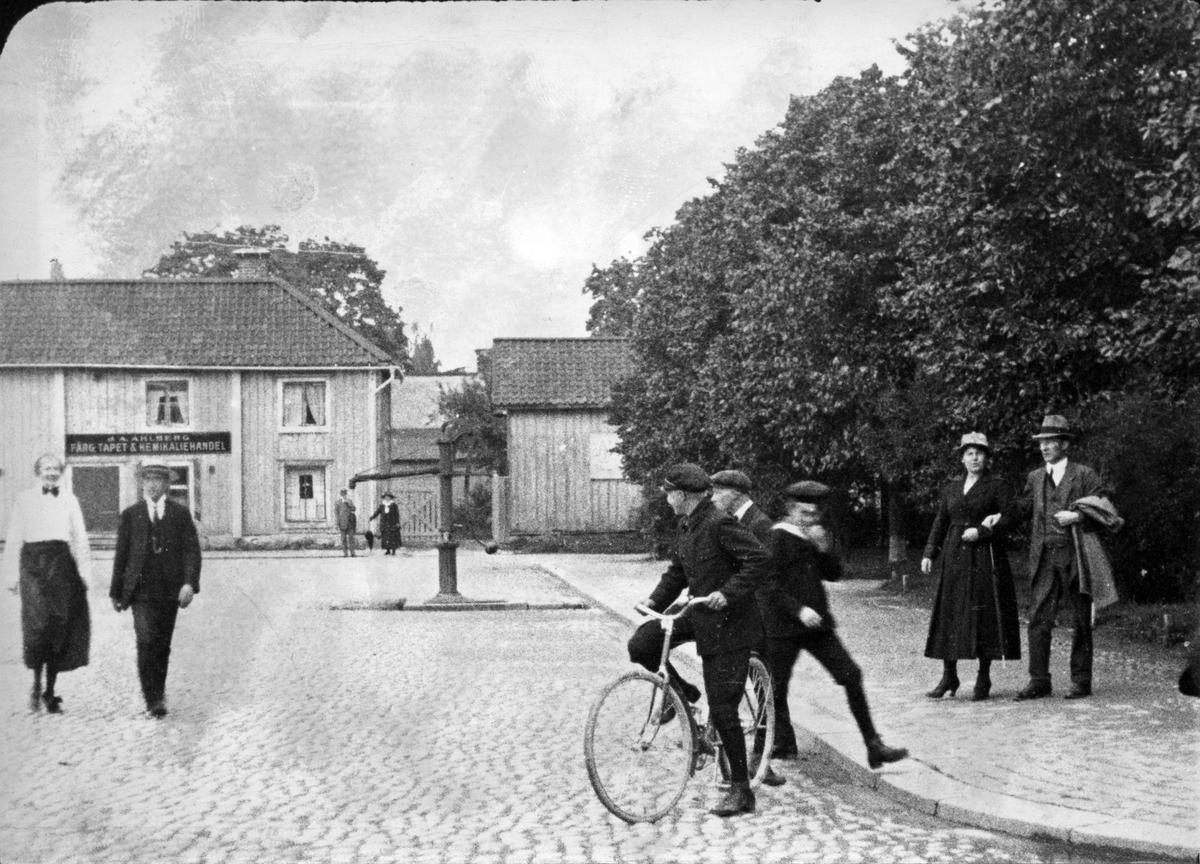 Lilla Torget med flanörer, 1910-20.