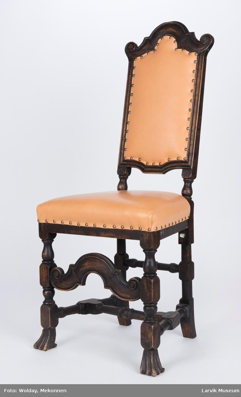 Teknikk: skåret,høvlet,dreiet,malt,bakstolper i ett med dreiede bakben,forben med dyreføtter, trekk rygg og sete festet med messingstift Form: regence