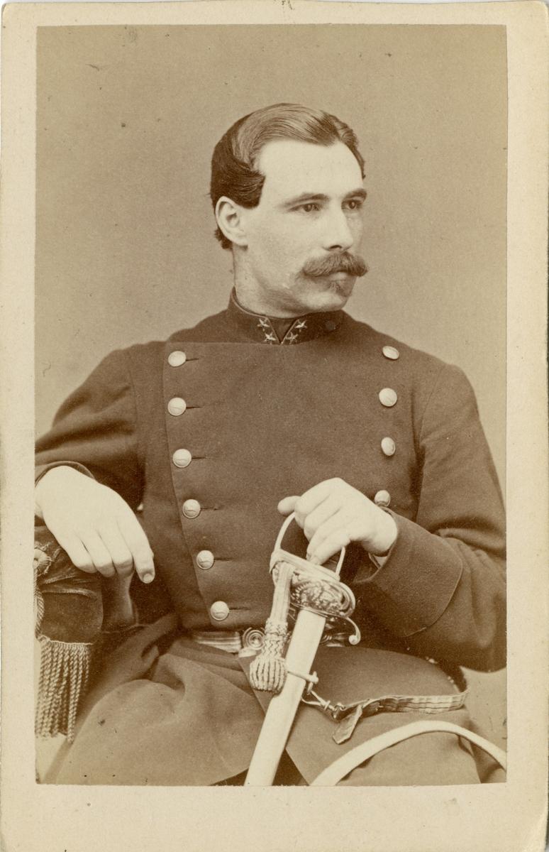 Porträtt av Carl Magnus Axel Wästfelt, löjtnant vid Hälsinge regemente I 14. Se även bild AMA.0009194, AMA.0009455 och AMA.0009551.